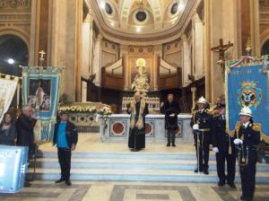 benedizione vescovo bandiere in cattedrale